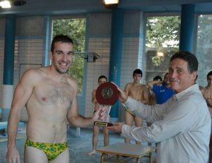 O noso capitán, Antonio Caamaño, Toño, recibe o trofeo que acredita o título acadado polo equipo